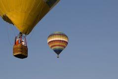 varm gnäggande för luftballongkorg royaltyfri bild
