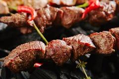 Varm grillad nötköttkebab eller grillfest Shashlik på kol Backgrou royaltyfria foton