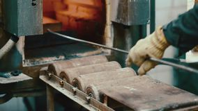 Varm guldtacka för ugn som bryter fabriken lager videofilmer