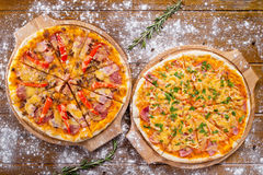 Varm härlig läcker italiensk pizza två med baconost och grönsaker Arkivbilder