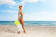 Varm högväxt flicka med flipper i henne påse Fotografering för Bildbyråer