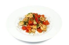 Varm höna och nya grönsaker i sund sallad Arkivbilder