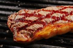 Varm hel grillad Chivas nötköttbiff på svart grillfestgaller tillbaka fotografering för bildbyråer