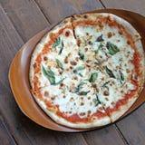 Varm hemlagad margheritapizza Arkivbild