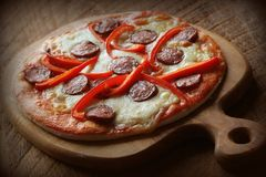 Varm hemlagad pizza med peperonin, paprica på trätabellen Top beskådar Royaltyfri Bild
