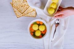 Varm hemlagad soppa för Matzoboll i ett bunkepåskhögtidvin och matzah royaltyfria foton