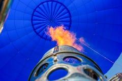varm insida för luftballong avfyra från en gasgasbrännare inom en ballong för varm luft Arkivfoton