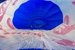 varm insida för luftballong Tid av påfyllning av baonen med varm luft Arkivfoton