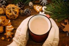 Varm julferie med latte och kakor arkivbilder