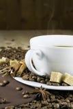 Varm kaffe och vitkopp Royaltyfri Fotografi