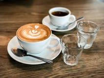 Varm kaffeespresso och varm kaffelatte Fotografering för Bildbyråer