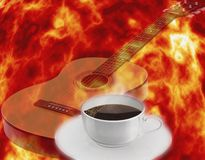 varm kaffekopp En kopp av att stärka svart kaffe med musikaliska anmärkningar arkivfoton