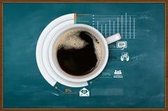 Varm kaffekopp på affärsbakgrund Arkivfoto
