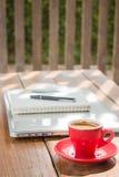 Varm kaffekopp på träarbetsstation Royaltyfri Foto