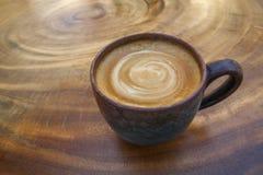 Varm kaffelattecappuccino med spiral mjölkar skum i tappning cer Royaltyfri Fotografi