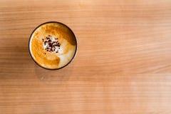 Varm kaffemocka på den bruna trätabellen kopiera avstånd Arkivfoton