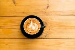 Varm kaffemocka på den bruna trätabellen med choklad Fotografering för Bildbyråer