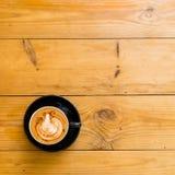 Varm kaffemocka på den bruna trätabellen med choklad Royaltyfri Fotografi