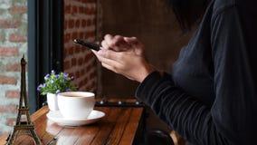 Varm kaffemolncappuccino i kafé arkivfilmer