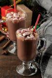 Varm kakao med marshmallower i en exponeringsglaskopp på en brun träbakgrund Vinter nytt år Jul trädgåvor fotografering för bildbyråer