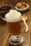 Varm kakao Shell Tea med kräm Arkivfoto