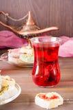 Varm karkade i koppar och turkisk fröjd på en platta Arkivfoton
