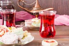 Varm karkade i koppar och turkisk fröjd på en platta Royaltyfria Bilder