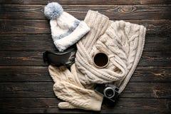 Varm kläder med skidar skyddsglasögon, kopp kaffe royaltyfri bild