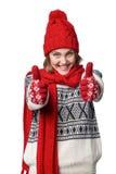 Varm klädflicka för upphetsad vinter som ger upp den dubbla tummen Arkivbilder