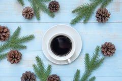 Varm kopp för svart kaffe med julgarnering, lyckligt nytt år och Xmas arkivbilder