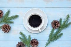 Varm kopp för svart kaffe med julgarnering, lyckligt nytt år och Xmas royaltyfri foto