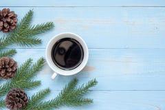 Varm kopp för svart kaffe med julgarnering, lyckligt nytt år och Xmas arkivfoton