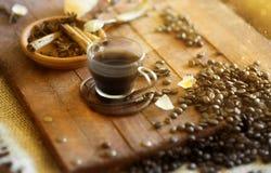 Varm kopp kaffe på tabellen Arkivbilder