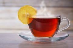 Varm kopp te och citron arkivfoton