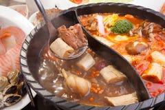 Varm kruka av griskött, skaldjur och champinjonen i restaurang Arkivfoto