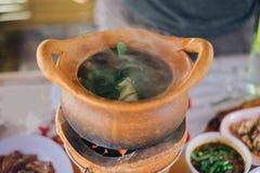 Varm kruka för Chim kamrat med varm rök arkivbild