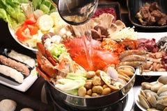 Varm kruka för kvällsmålkrabba med champinjonen, musslor, räkor, havre och vege Arkivbild