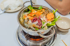 Varm kruka för vietnamesisk soppa med räka, griskött och surkålen royaltyfria foton