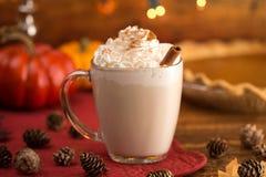 Varm kryddad Latte för pumpapajen i ett klart exponeringsglas rånar royaltyfria bilder