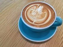 Varm latte med lattekonst Arkivbilder