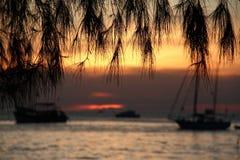 Varm ljus sikt av flera fartyg i lagun i Asien under solnedgång Arkivfoton