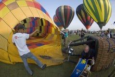 varm luftballongpåfyllning royaltyfria bilder