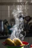 Varm majs med ånga Royaltyfri Fotografi