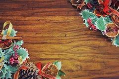 Varm mall för kort för jultemahälsning med xmas-trädgarneringar arkivbild
