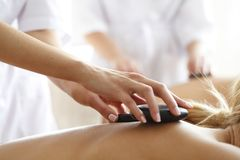 varm massagebrunnsortsten arkivbilder