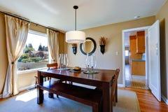 Varm matsal med den massiva wood tabellen Royaltyfria Foton