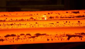 Varm metall som är röd på en mörk bakgrund manufacture Stålproduktion royaltyfri bild
