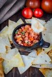 Varm mexikansk salsa - kryddigt dopp med nachos - chiper från havre arkivbilder