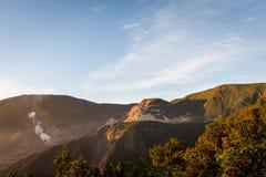 Varm morgonsoluppgång på Ghober förlägga i barack campingplatsen H?rligt landskap av monteringen Papandayan Det Papandayan berget royaltyfria bilder