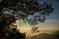Varm morgonsoluppg?ng p? Ghober f?rl?gga i barack campingplatsen med sikt av monteringen Cikuray H?rligt landskap av monteringen  royaltyfria foton